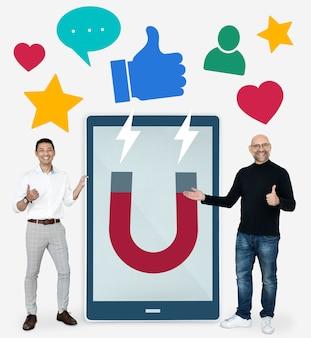 ソーシャルメディアマーケティングのアイデアを持つビジネスマン