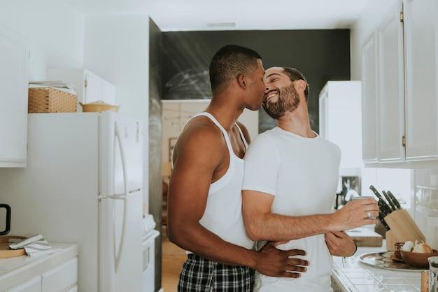 同性愛者のカップルが台所で抱いて