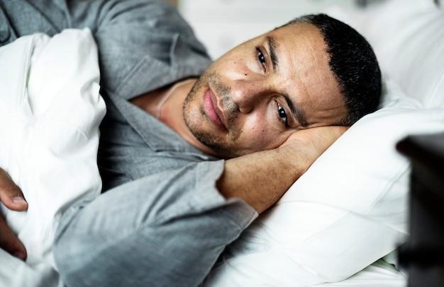 男がベッドに横になって