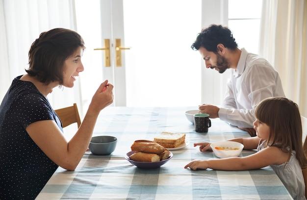 一緒に朝食を食べている家族