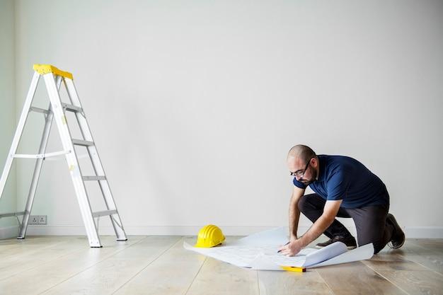 Люди ремонтируют концепцию дома