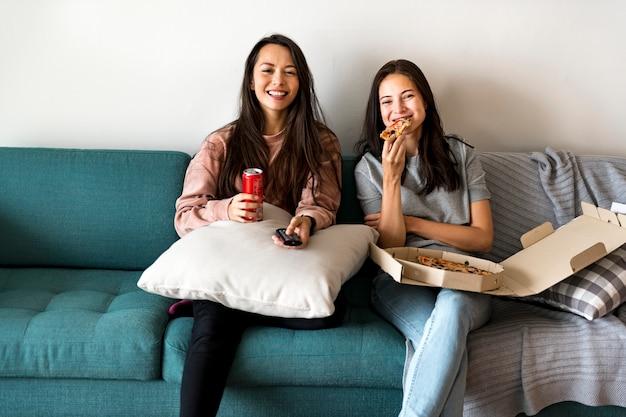 一緒にピザを食べている友人