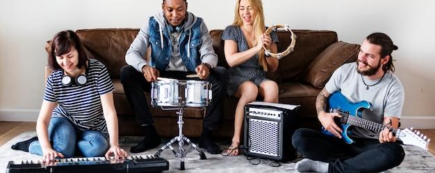 一緒に音楽を楽しむ人