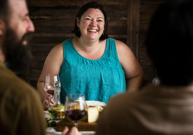 ワインを飲みながら楽しんで幸せな女