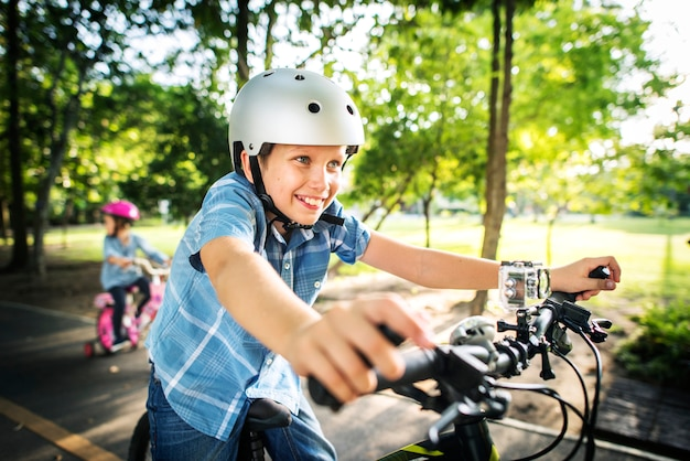 公園で自転車に乗って家族