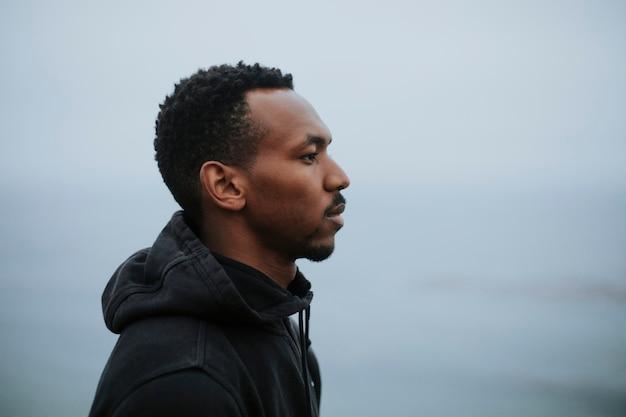 水辺の男の横顔の肖像画