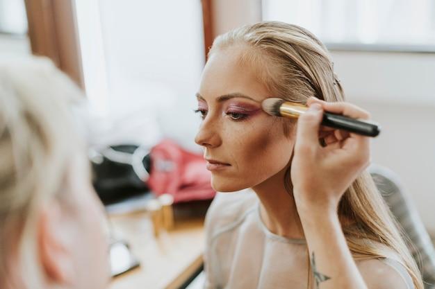 Модель делает ее макияж