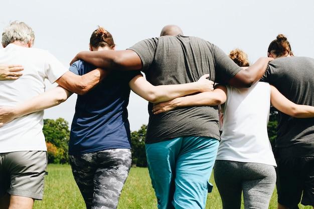 公園でハグする人々のグループ