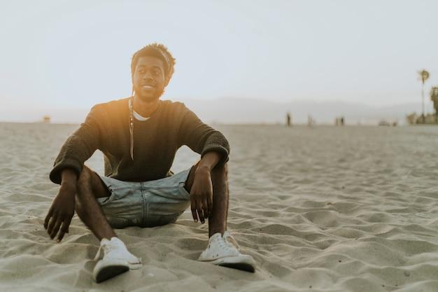 男はビーチに座って