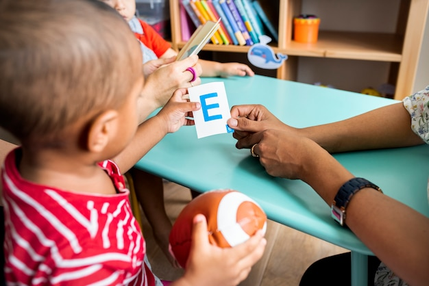 両親と英語のアルファベットを学ぶ幼児