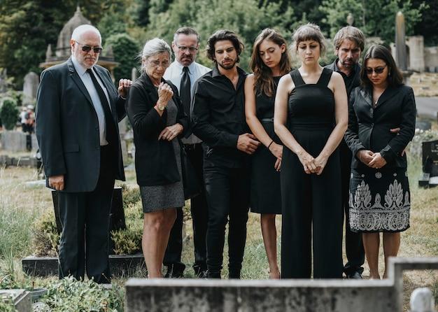 Семья прощается на кладбище