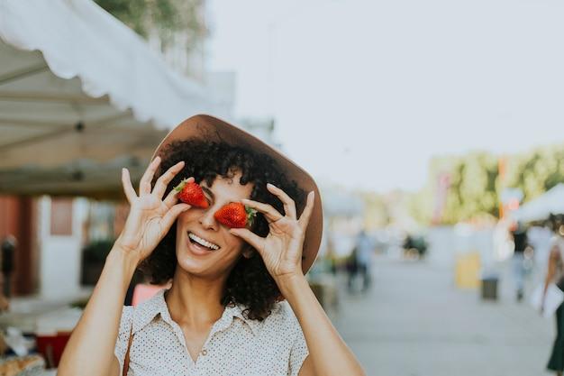 イチゴを楽しんでいる女性