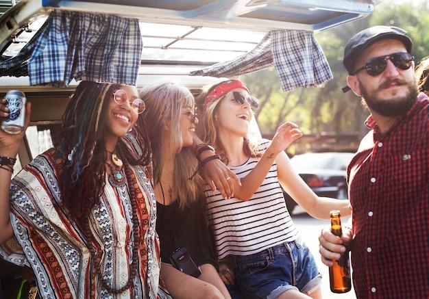 Друзья пили алкогольное пиво вместе в поездке