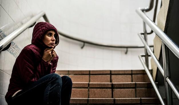 Женщина сидит на лестнице