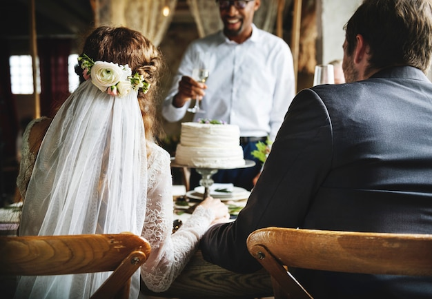 新郎新婦の結婚披露宴にしがみつくワイングラス