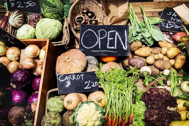 Различные виды свежих органических овощей на рынке