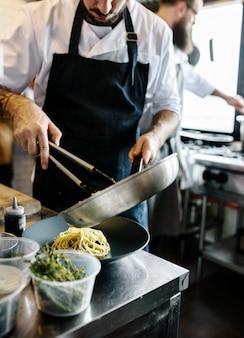 シェフの台所でスパゲッティを調理