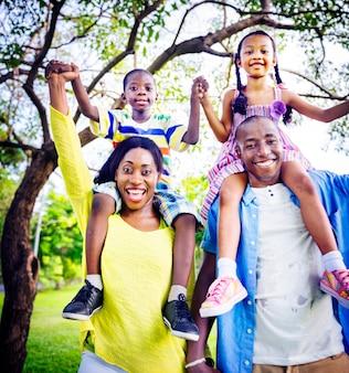 アフリカの家族の幸せの休日休暇活動の概念