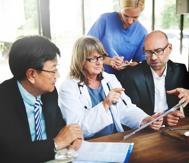 会議を持つ医療関係者のグループ