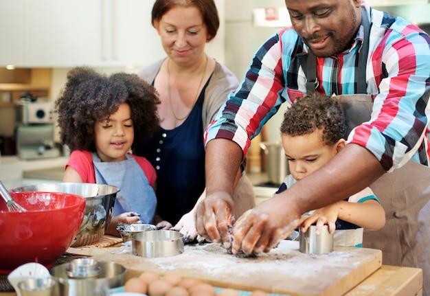 Семья готовит кухню концепция единения пищи