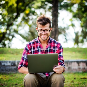 男のノートパソコンの閲覧検索ソーシャルネットワーキング技術の概念