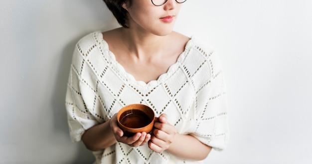 アジアの女性のお茶を飲むリラックスコンセプト