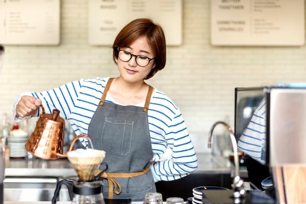バリスタはコーヒーワーキングオーダーコンセプトを準備する
