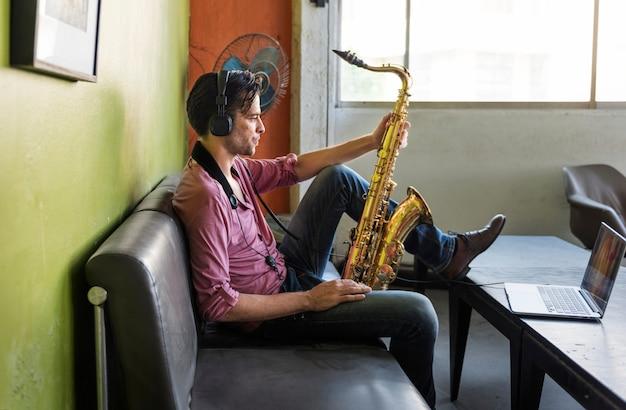 サックスシンフォニーミュージシャンジャズ楽器のコンセプト