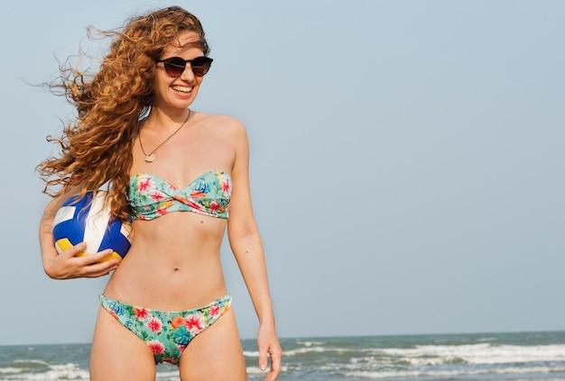 バレーボールビーチの夏のコンセプトをしている女性