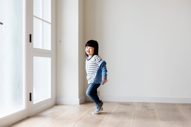 新しい家で陽気なアジアの女の子