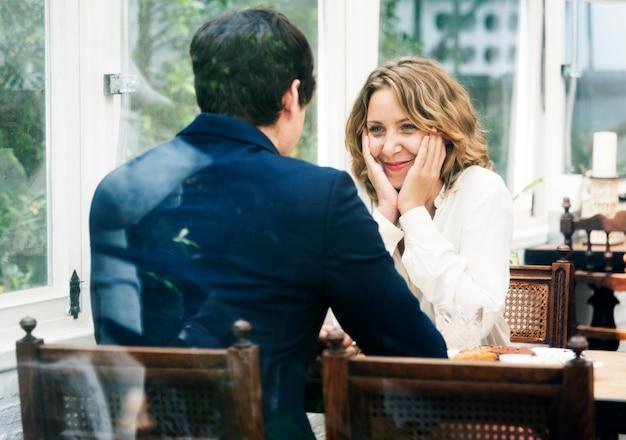 ビジネスカップル、カフェでデート