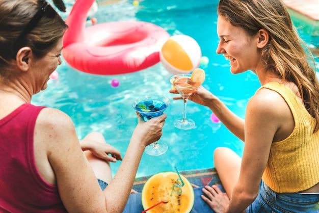 プールサイドでのカクテルパーティー