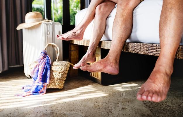 寝室で年配のカップルの足のクローズアップ