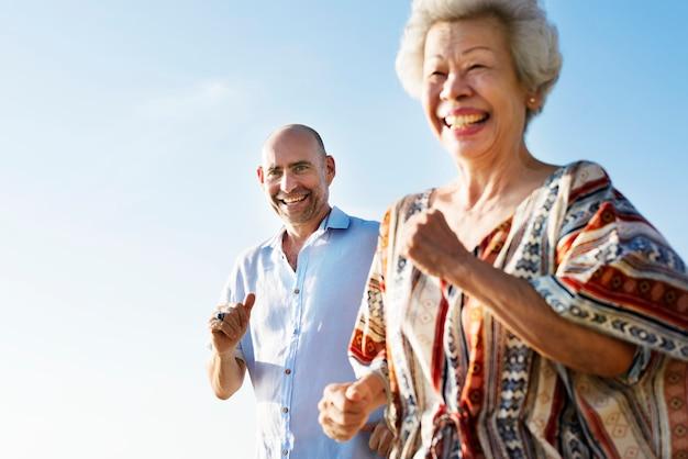 年配のカップル
