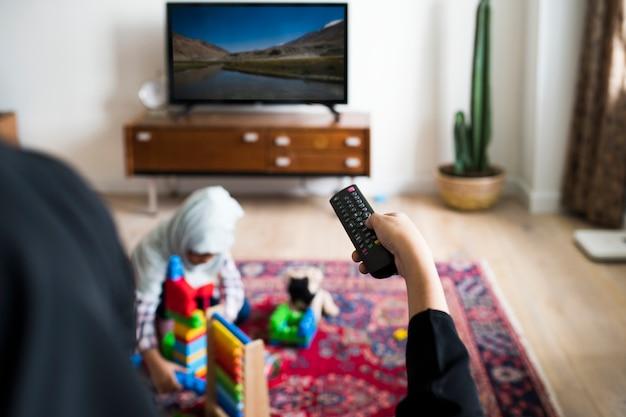イスラム教徒の家族が自宅でリラックスして遊んで