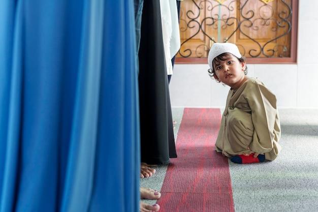 モスクでイスラム教徒の少年