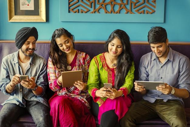 ソーシャルメディアを使用しているインドの友達