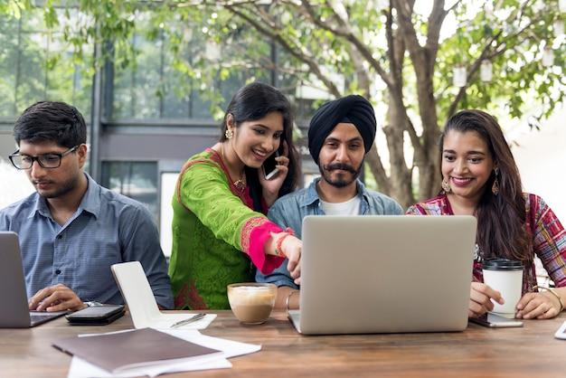 インドの人々のグループはコンピューターのラップトップを使用しています