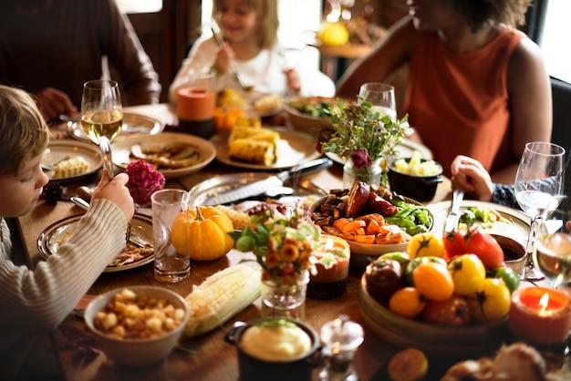 トルコ感謝祭のお祝いの概念を食べる子供たち