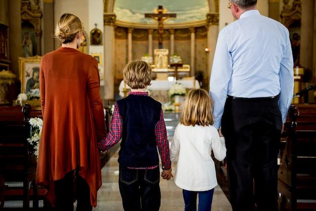 Церковные люди верят в веру религиозной семьи