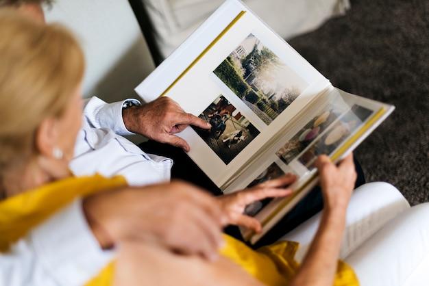 Пожилая пара смотреть фотоальбом