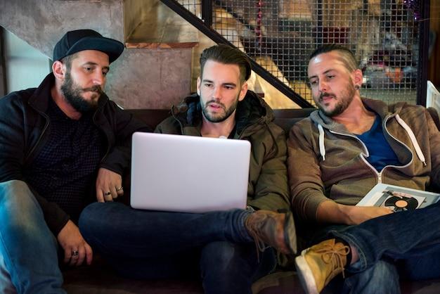 ノートパソコンを探している男性のグループ