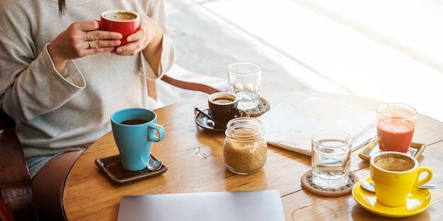 若い女性飲むコーヒーのコンセプト
