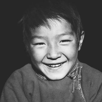 美しい笑顔の概念を持つアジアの少年