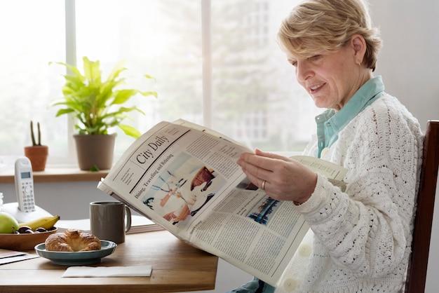 シニア大人読書新聞レジャーコンセプト