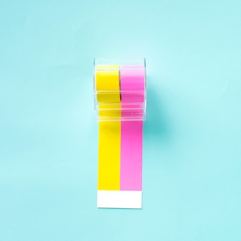 Диспенсер желтых и розовых наклеек