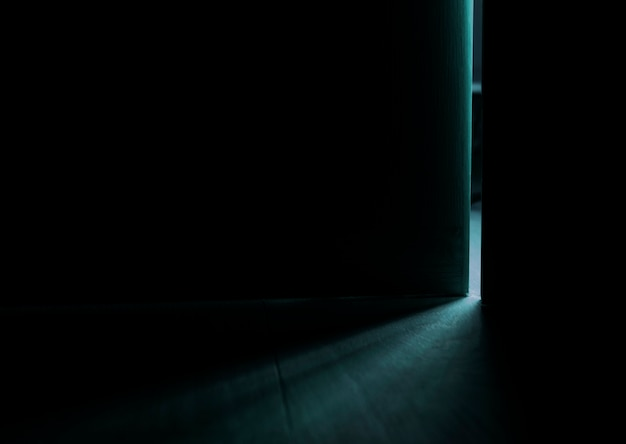 開いているドアからの光