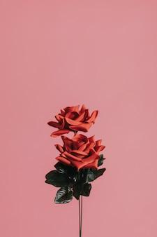 赤い人工バラ