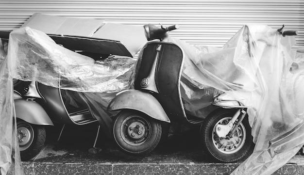 Старый скутер на стоянке на улице