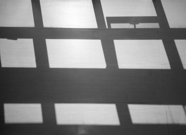 灰色の壁に影